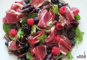 Ensalada de vinagreta de frutos del bosque con jamón ibérico Juan Manuel