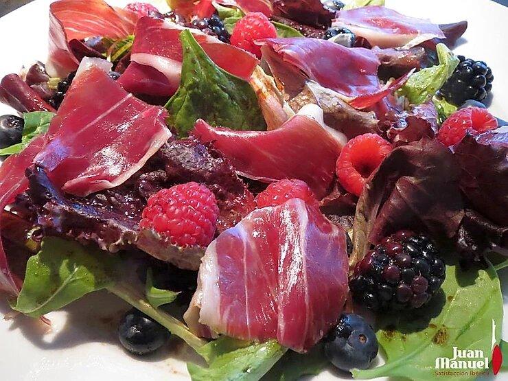 Ensalada de vinagreta de frutos del bosque con jamón ibérico