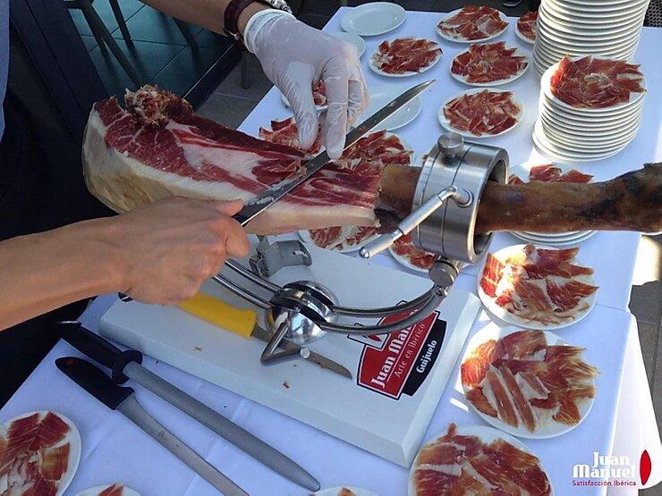 cortando jamón ibérico de bellota